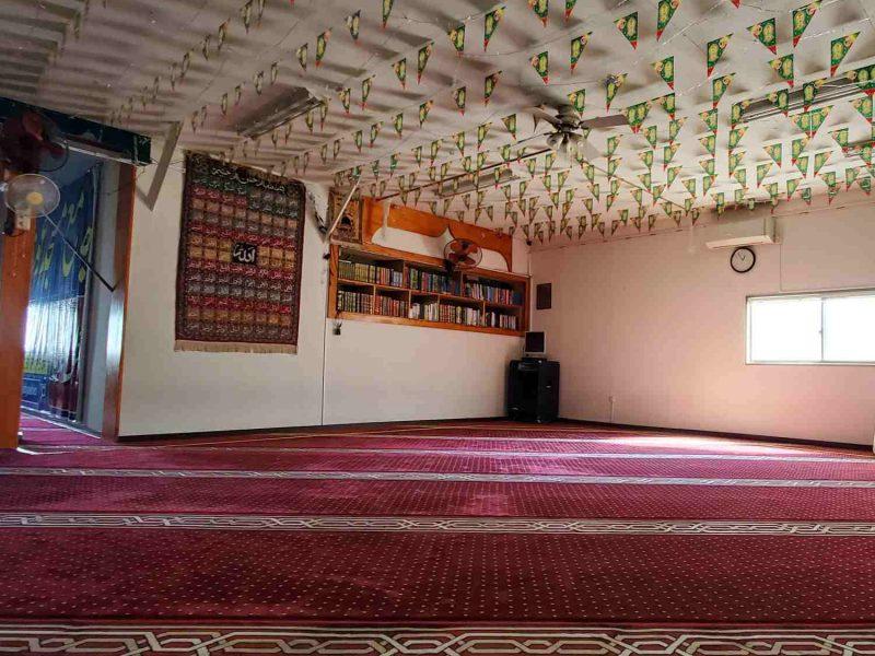 yashio_masjid_inside_bookshelf_square